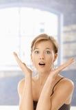 Mulher nova surpreendida com boca aberta foto de stock royalty free