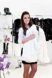 A mulher nova tenta sobre um casaco de pele Foto de Stock Royalty Free