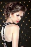 Mulher nova triguenha bonita Modelo da menina da forma sobre o li do bokeh Imagens de Stock