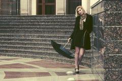 Mulher nova triste da forma com o guarda-chuva na rua da cidade imagens de stock