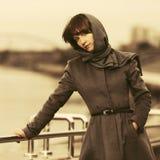 Mulher nova triste da forma no passeio clássico do revestimento e do lenço exterior Foto de Stock Royalty Free
