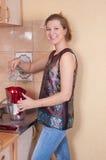 A mulher nova usa o filtro para a água fotos de stock
