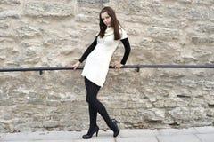 A mulher nova vestida 'sexy' stonewall sobre Imagem de Stock Royalty Free
