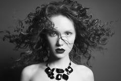 Mulher nude bonita com joia preta Retrato da forma fotografia de stock