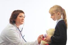 A mulher o doutor com a menina Foto de Stock