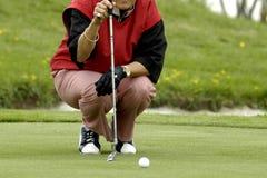 A mulher o jogador de golfe fotografia de stock
