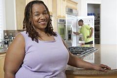 Mulher obeso feliz no contador de cozinha Fotografia de Stock Royalty Free