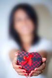 A mulher obscura mostra a forma do coração da caixa de presente Imagens de Stock Royalty Free