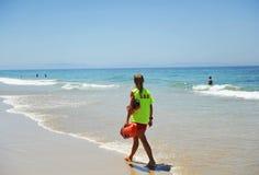 Mulher observador na praia, Espanha fotos de stock