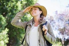 Mulher observando algo foto de stock