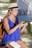 A mulher obtém o bilhete de ar no telefone esperto no aeroporto foto de stock