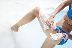 A mulher obtem a lama médica no corpo Imagem de Stock