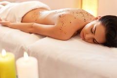 A mulher obtém Marine Algae Wrap Treatment no salão de beleza dos termas Fotografia de Stock