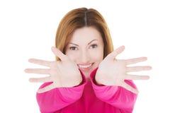 A mulher ocasional atrativa com suas palmas abre. Foto de Stock