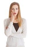 Mulher ocasional bonita com a boca aberta, expressando choque. Foto de Stock