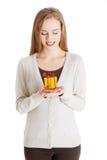 Mulher ocasional bonita que guarda o presente pequeno nas mãos. Imagens de Stock Royalty Free