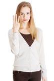 Mulher ocasional bonita que mostra três dedos. Fotografia de Stock