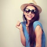 Mulher ocasional de riso nos óculos de sol e no chapéu do verão da forma Vint fotos de stock royalty free
