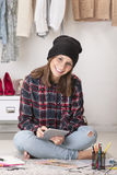 Mulher ocasional do blogger que trabalha com a tabuleta digital em seu escritório da forma. fotos de stock