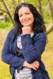 Mulher ocasional no jardim Fotografia de Stock Royalty Free
