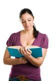 Mulher ocasional nova que lê um livro Fotografia de Stock