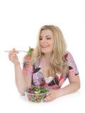 Mulher ocasional que come a salada vegetal saudável Fotos de Stock Royalty Free