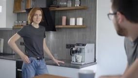 Mulher ocasional que faz o café com máquina em casa video estoque