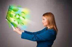 A mulher ocasional que guardara o caderno com recicl e símbolos ambientais Imagem de Stock