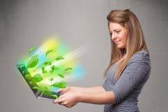 A mulher ocasional que guardara o caderno com recicl e sym ambiental Fotografia de Stock Royalty Free