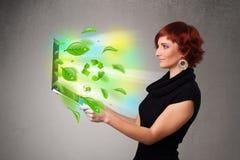 A mulher ocasional que guardara o caderno com recicl e sym ambiental Fotos de Stock