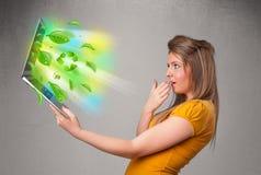 A mulher ocasional que guardara o caderno com recicl e sym ambiental Imagem de Stock Royalty Free