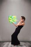 A mulher ocasional que guardara o caderno com recicl e sym ambiental Imagem de Stock