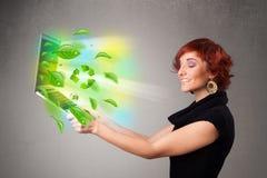 A mulher ocasional que guardara o caderno com recicl e sym ambiental Imagens de Stock Royalty Free