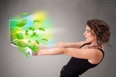 A mulher ocasional que guardara o caderno com recicl e sym ambiental Fotos de Stock Royalty Free