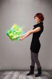A mulher ocasional que guardara o caderno com recicl e sym ambiental Imagens de Stock