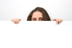 Mulher ocasional que prende um cartão branco Imagens de Stock