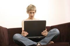 Mulher ocupada com computador fotos de stock royalty free