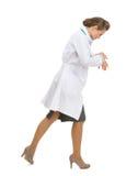 Mulher ocupada do médico que vai lateralmente fotografia de stock