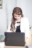 Mulher ocupada no escritório fotografia de stock