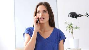 Mulher ocupada que fala o telefone onMobile, discussão Imagem de Stock Royalty Free