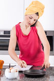 Mulher ocupada que faz ovos mexidos fotos de stock royalty free