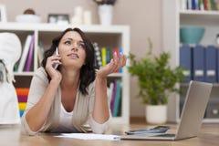 Mulher ocupada que trabalha em casa Imagem de Stock