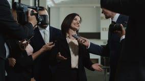Mulher oficial entusiasmado que dá a entrevista vídeos de arquivo
