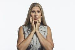A mulher olha chocada e virada, horizontal Fotos de Stock Royalty Free