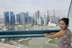 A mulher olha a cidade Foto de Stock Royalty Free
