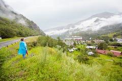 A mulher olha do monte na cidade pequena. Fotografia de Stock