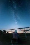 A mulher olha estrelas e a Via Látea Foto de Stock Royalty Free