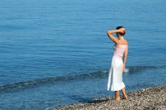 A mulher olha o mar Fotos de Stock Royalty Free