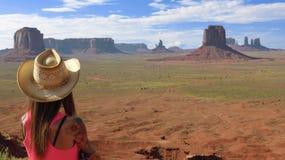 A mulher olha a paisagem do deserto Fotos de Stock Royalty Free
