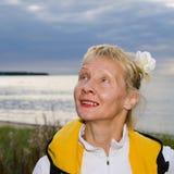 A mulher olha um céu nebuloso Fotografia de Stock Royalty Free